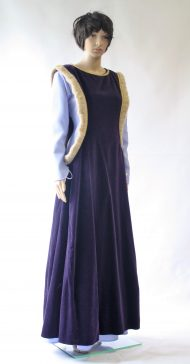 Middeleeuwse jurk met hellevenster